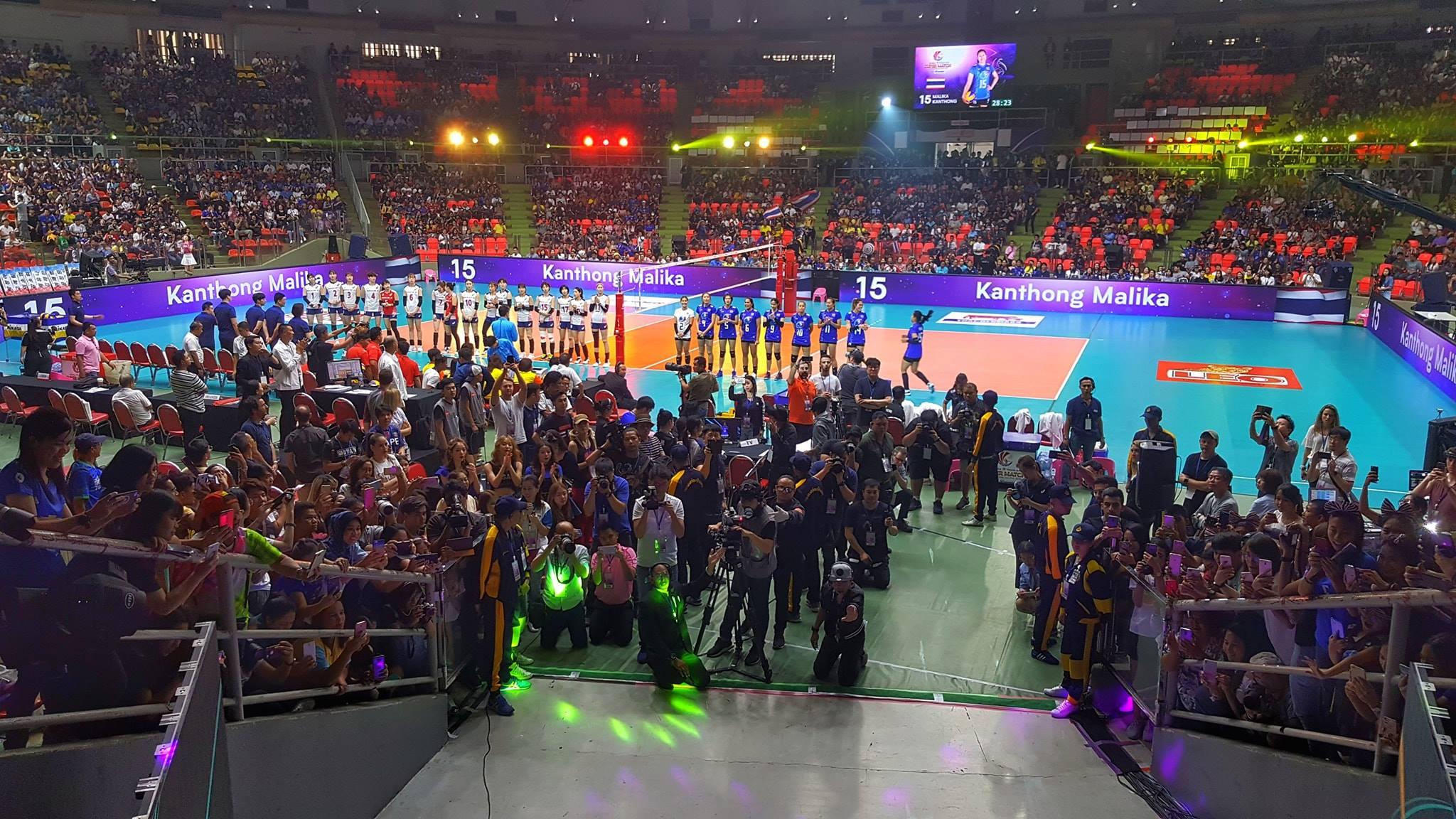 Yoan, speaker et animateur micro d'une rencontre de volleyball en Thaïlande