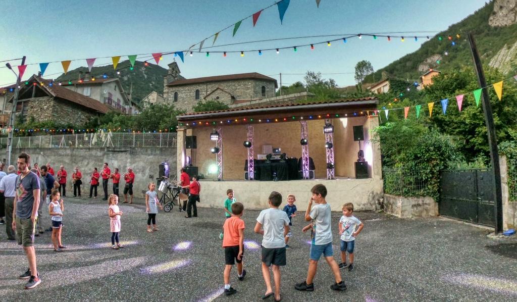 Mise en place de la scène pour la fête de Village d'Ussat