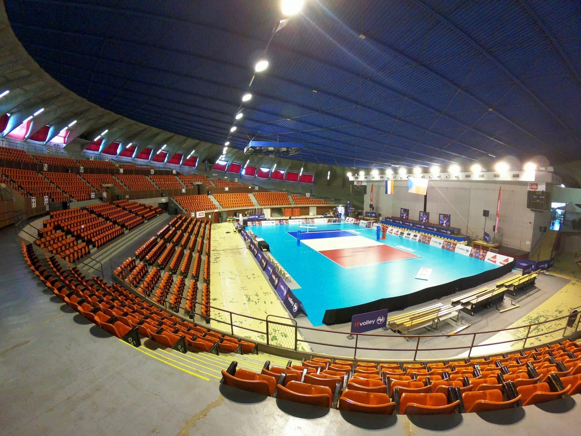 La salle de la Soucoupe à Saint Nazaire habillée aux couleurs du volley
