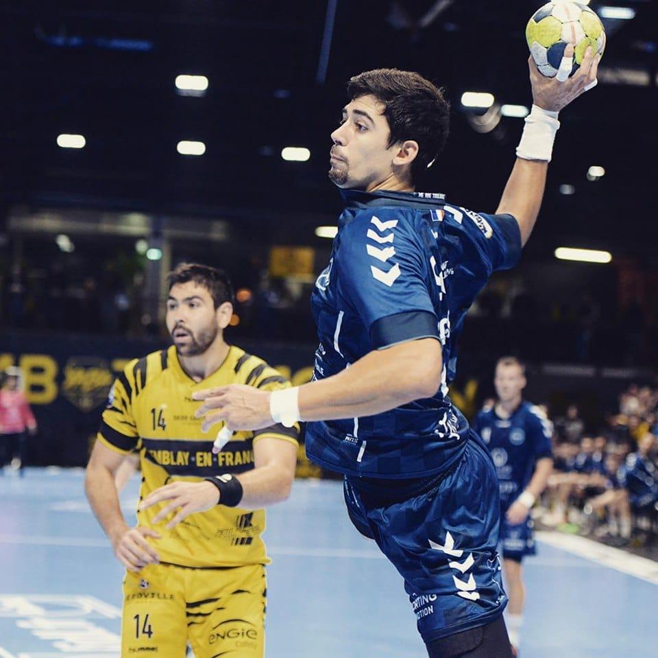 Arnau au tir pendant un match animé par Yoan en tant que speaker handball