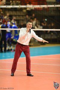 Yoan qui explique les mouvements du volleyball