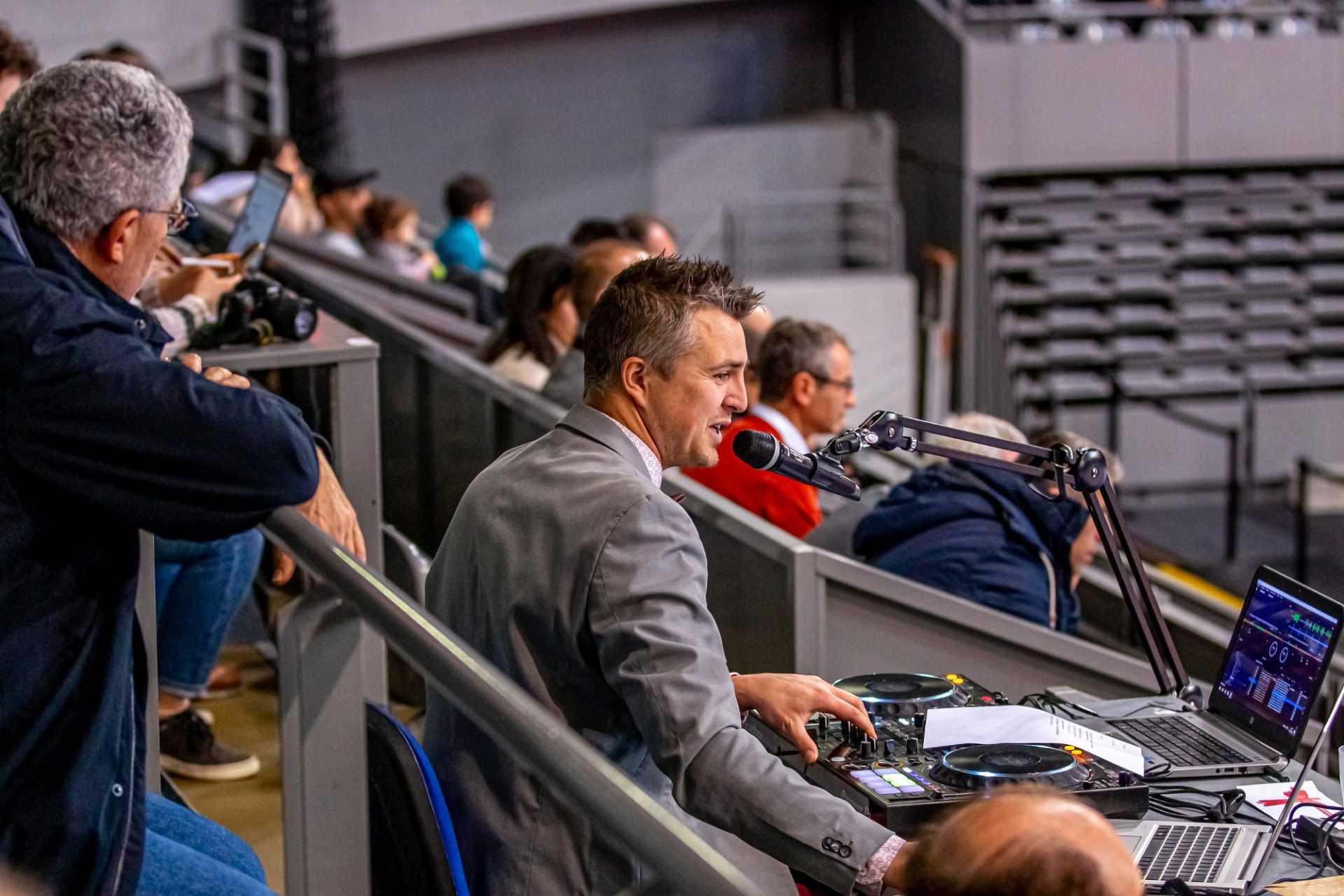 Yoan, ambianceur pour la rencontre de volley entre Toulouse et Poitiers