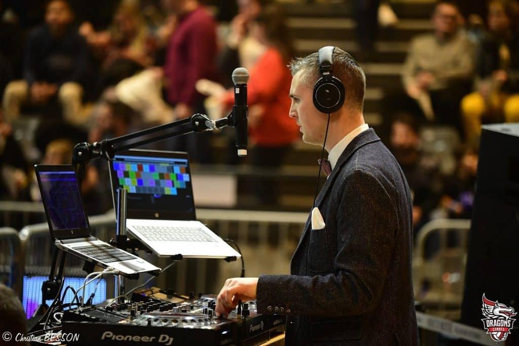 Yoan, ambianceur, speaker et DJ avec du matériel son Pioneer et Shure
