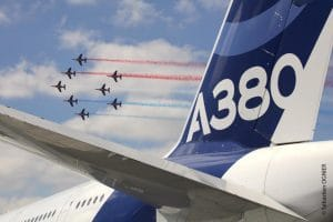 L'A380 survolé par la Patrouille de France par Sébastien Ognier