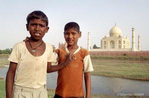 Des enfants devant le Taj Mahalpar Sébastien Ognier