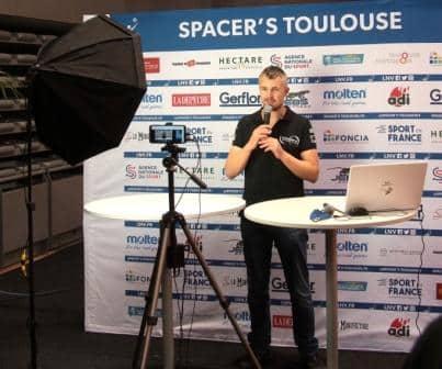 Yoan, présentateur d'émission en live sur les réseaux sociaux pour le sport à Toulouse