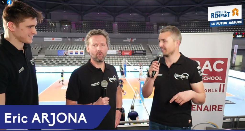 Présentateur live avant match volley